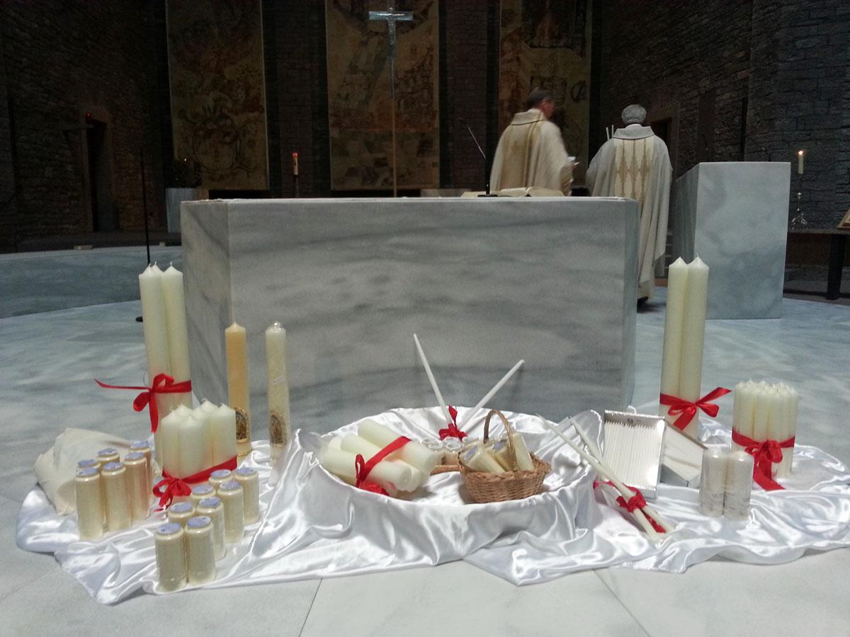 Kerzen_vor_Altar_1200